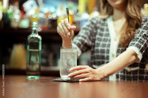 Stampa su Tela カウンターバーでお酒を提供する若い女性
