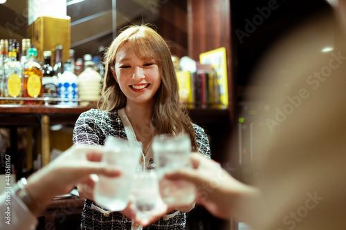 Fotografie, Obraz カウンターバーでお酒を提供する若い女性