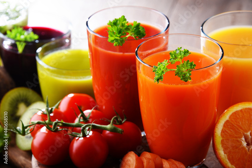 Carta da parati Glasses with fresh organic vegetable and fruit juices