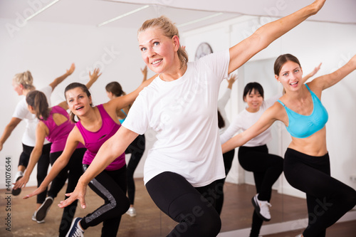 Fotografering Women dancing aerobics at lesson in the dance class