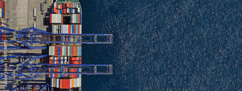 Fotografia Aerial top down ultra wide photo of industrial container ship loading  - unloadi