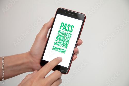 Fototapeta pass sanitaire avec QR code pour voyager en temps de pandémie de covid
