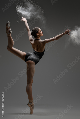 Photo Artistic ballerina wearing black activewar and dancing