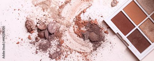Valokuva Crushed eyeshadows and eyeshadow palet