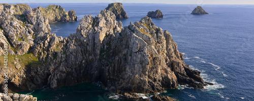 Fotografiet Panoramique les dents rocheuses de la pointe de Pen-Hir à Camaret-sur-Mer (29570