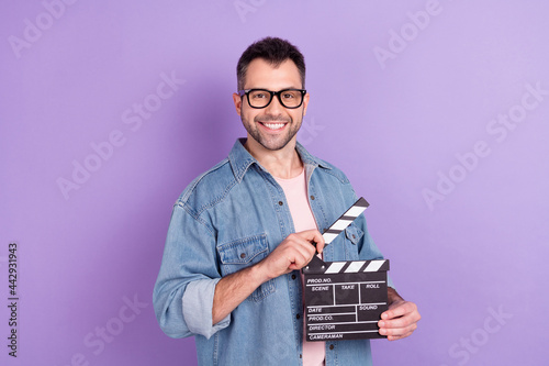Fotomural Photo portrait male director keeping clapboard making movie isolated pastel viol
