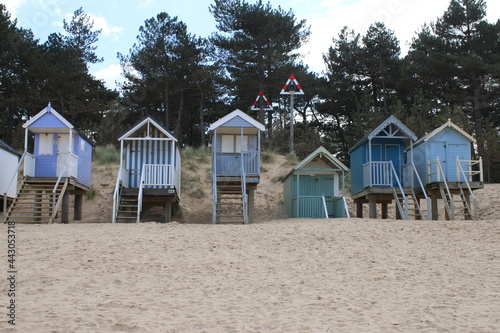 Photo Landscape of beach huts in blues and white wood painted on stilts on beautiful s