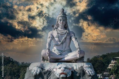 Photo Statue of meditating Hindu god Shiva on the Ganges River at Rishikesh village in