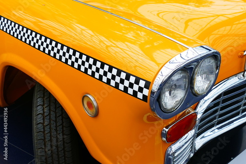 Foto Details of the front of an old yellow cab of New York.