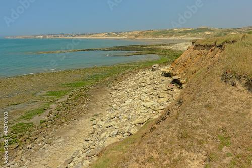 Obraz na plátně Rocks with algae on the opal coast of the north sea, nord pas de Calais, France