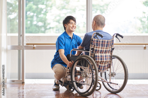 Fotografiet 車椅子に乗る高齢者と介護士