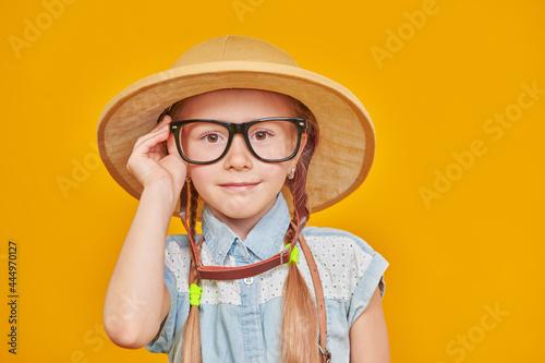 Carta da parati smart little girl in glasses