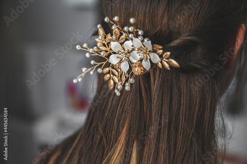 Fotografia, Obraz Décoration des cheveux de la jeune mariée