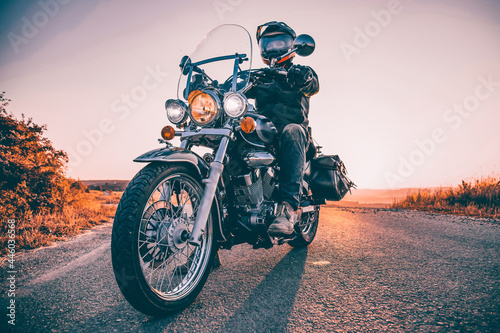 Photographie Driver riding motorcycle on an empty road