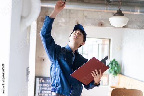 Fototapeta エアコンの点検をする若い作業員