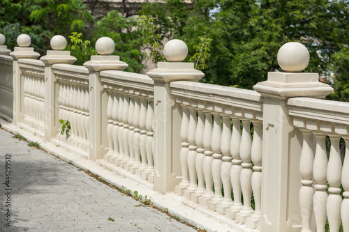 Cuadros en Lienzo Old hedge with balusters in the garden