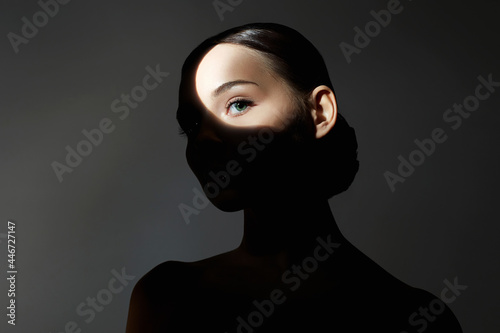 Valokuva portrait of young woman with light on her face
