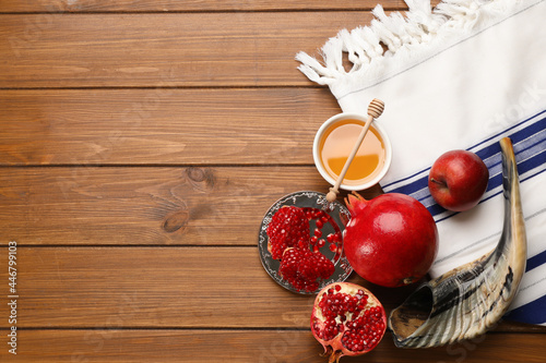 Photo Flat lay composition with Rosh Hashanah holiday attributes on wooden table