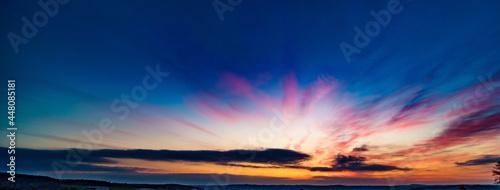 Fotografia Panoramic sunrise over a green field