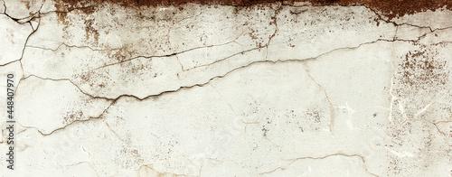 Postarzana, stara pionowa uliczna ściana z teksturą pęknięć. Panorama, tło, tapeta.