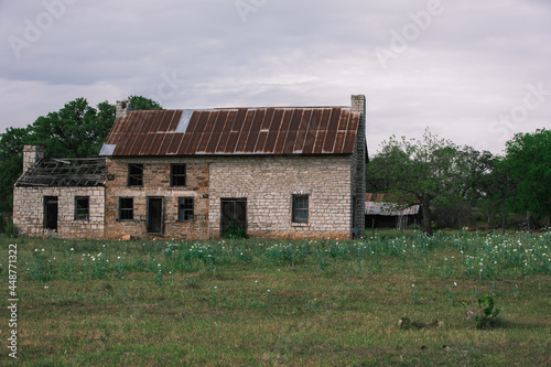 Fotografija Texas hill country  old settlers stone house with wagon