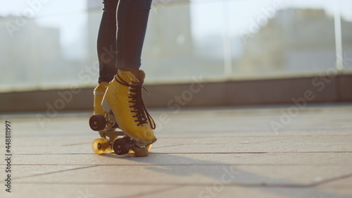 Fotografia Woman legs riding on rollerblades outdoor