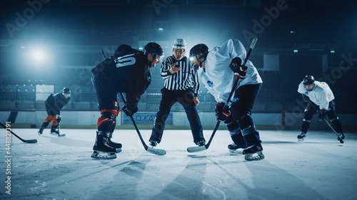 Foto Ice Hockey Rink Arena Game Start: Two Players Brutal Face off, Sticks Ready, Referee is Going to Drop the Puck, Athletes Ready to Fight