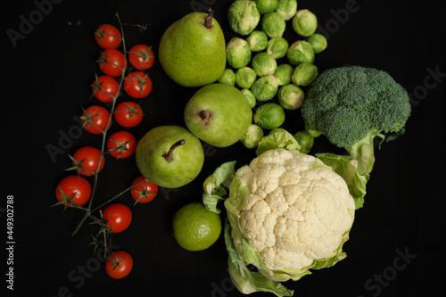 Owoce i warzywa, zielone i żółte z czerwonym pomidorem