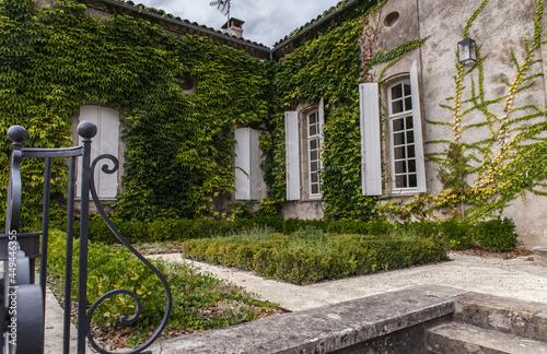 Wallpaper Mural Sauveterre de Guyenne (Gironde, France) - Maison et jardin pittoresques
