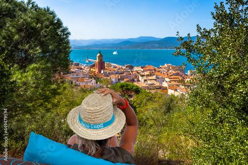 Fototapeta Femme contemplant la ville de Saint-Tropez, Côte d'Azur, France