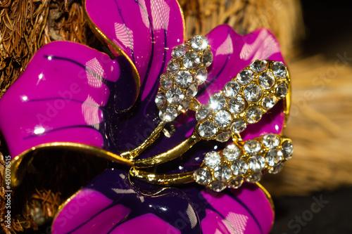 Billede på lærred Closeup shot of a beautiful brooch in the shape of a flower