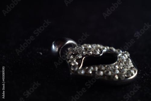 Foto Closeup shot of a beautiful diamond brooch in the shape of a lip