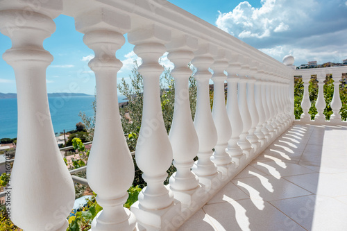 Fotografía View through balcony on clear blue Aegean sea coast