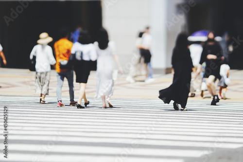 Tablou Canvas 横断歩道を渡る人々 ビジネスイメージ
