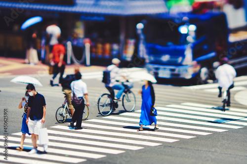Tela 横断歩道を渡る人々 ビジネスイメージ