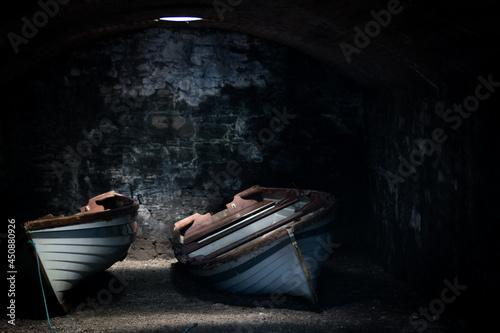 Fotografie, Obraz Deux barques rangées dans une cave obscure