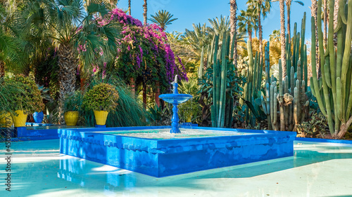 Foto Water fountain in the patio of blue color, a blue fountain of water in the patio