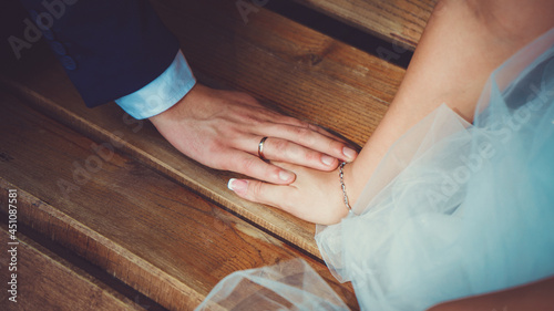 Foto romantic photo of bride and groom hands close up