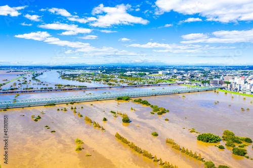 Fotografie, Tablou 利根川中流域の増水を筑波山を背景に常磐線鉄橋付近で俯瞰撮影
