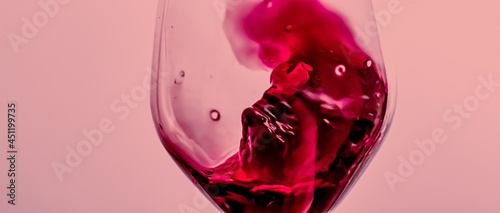 Photo Red wine in crystal glass, alcohol drink and luxury aperitif, oenology and viticulture product