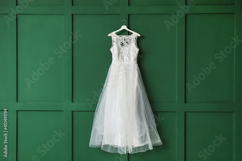 Foto Beautiful wedding dress on color background