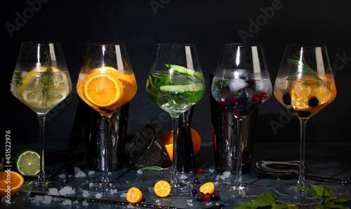Fotografia Gin cocktails assortment served on dark background.