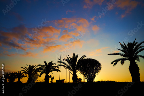 Fotografia Evening sunset on the embankment of the resort town