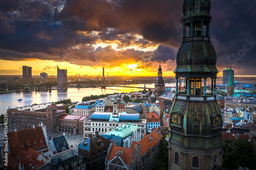 Foto Incredible sunset over the Old town of Riga