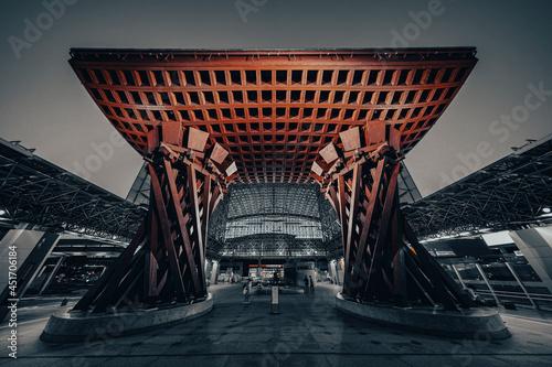 石川県金沢観光地 金沢駅と鳥居 鼓門 もてなしドーム Fotobehang