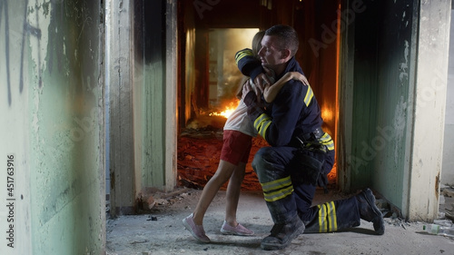 Canvas Print Girl speaking with fireman in burning building