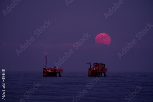 La luna de fresa aparece en el mar mediterráneo Fototapeta
