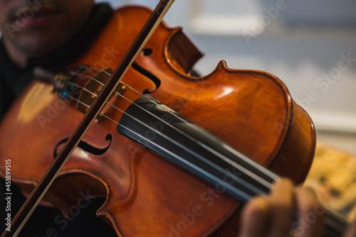 Photo Violista homem tocando sua viola clássica.