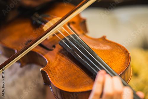 Canvas Print Violinista mulher tocando seu violino.