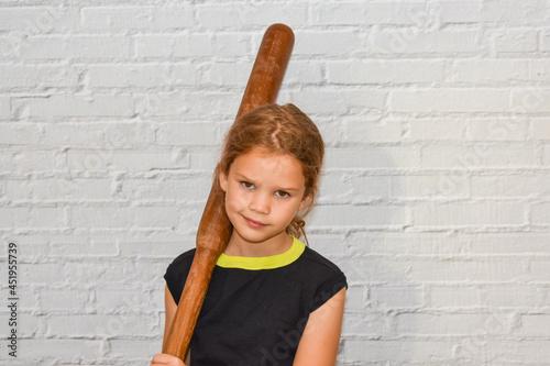 Fotografia the child a girl with a baseball bat plays a bully